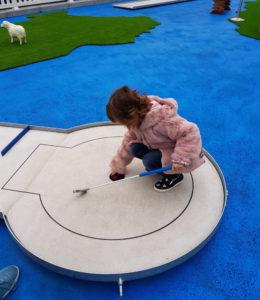 A Fico ci si diverte con il minigolf